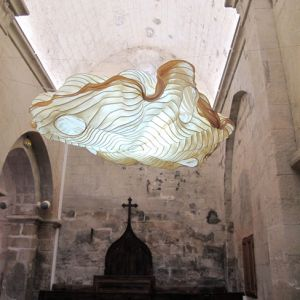 SUSPENSION GRAND NUAGE DANS CHAPELLE ROMANE